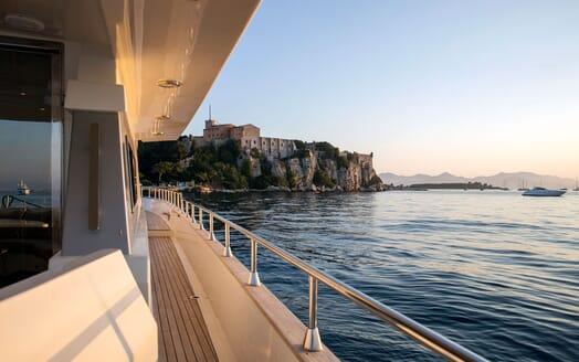 Motor Yacht DIAMS Walkway with a view