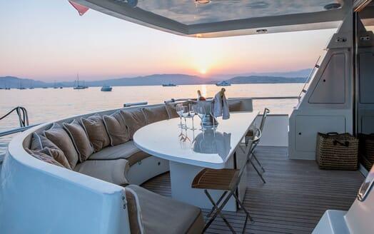 Motor Yacht DIAMS Aft Deck Champagne