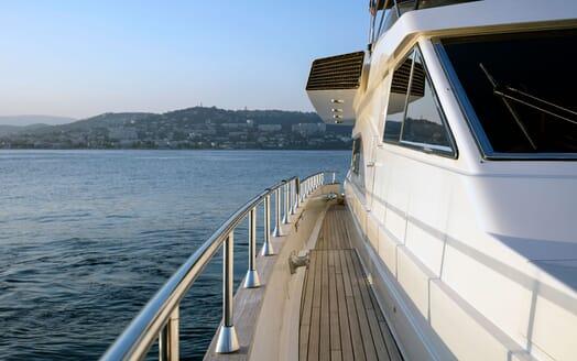 Motor Yacht DIAMS Walkway