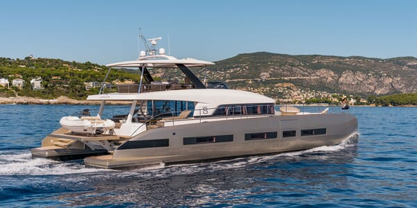 Motor Yacht DOUBLE DOWN LAGOON profile underway