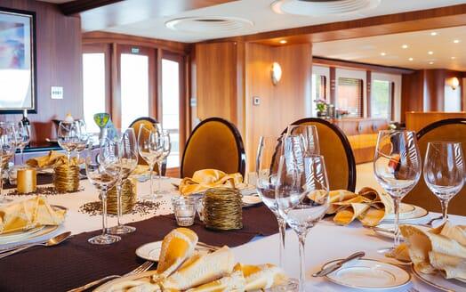 Motor Yacht Daydream Main Saloon 2