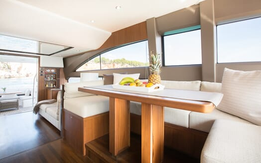 Motor Yacht Mio Barco Dining Table