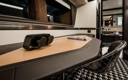 Motor Yacht Dynamiq GTT 115 Desk