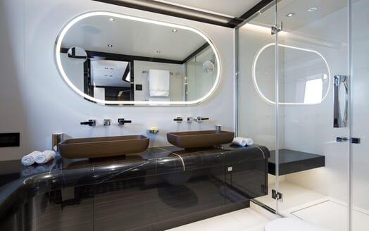 Motor Yacht Dynamiq GTT 115 Washroom