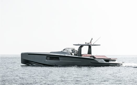 Motor yacht Maori 54 running hero five