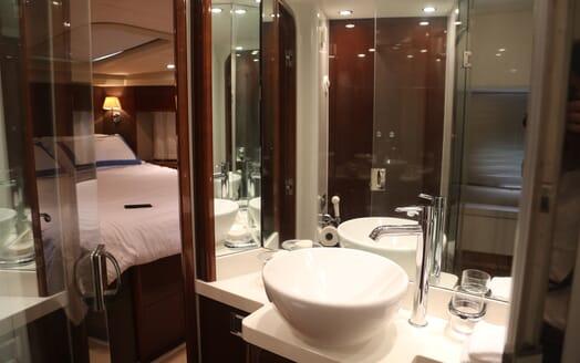 Motor Yacht Thanx Dad 4 Bathroom