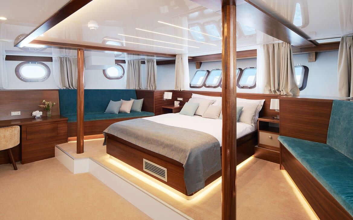 Sailing Yacht CORSARIO Full Beam Stateroom