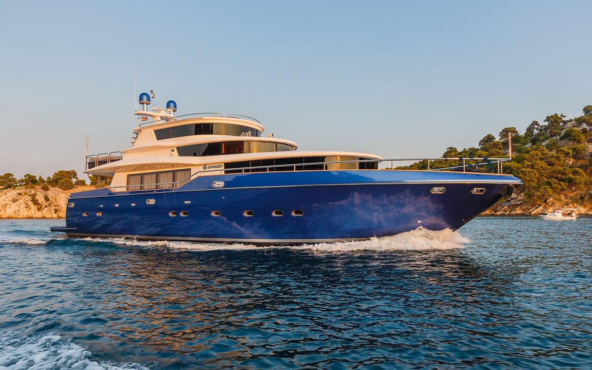 Motor Yacht Johnson Baby Profile Underway