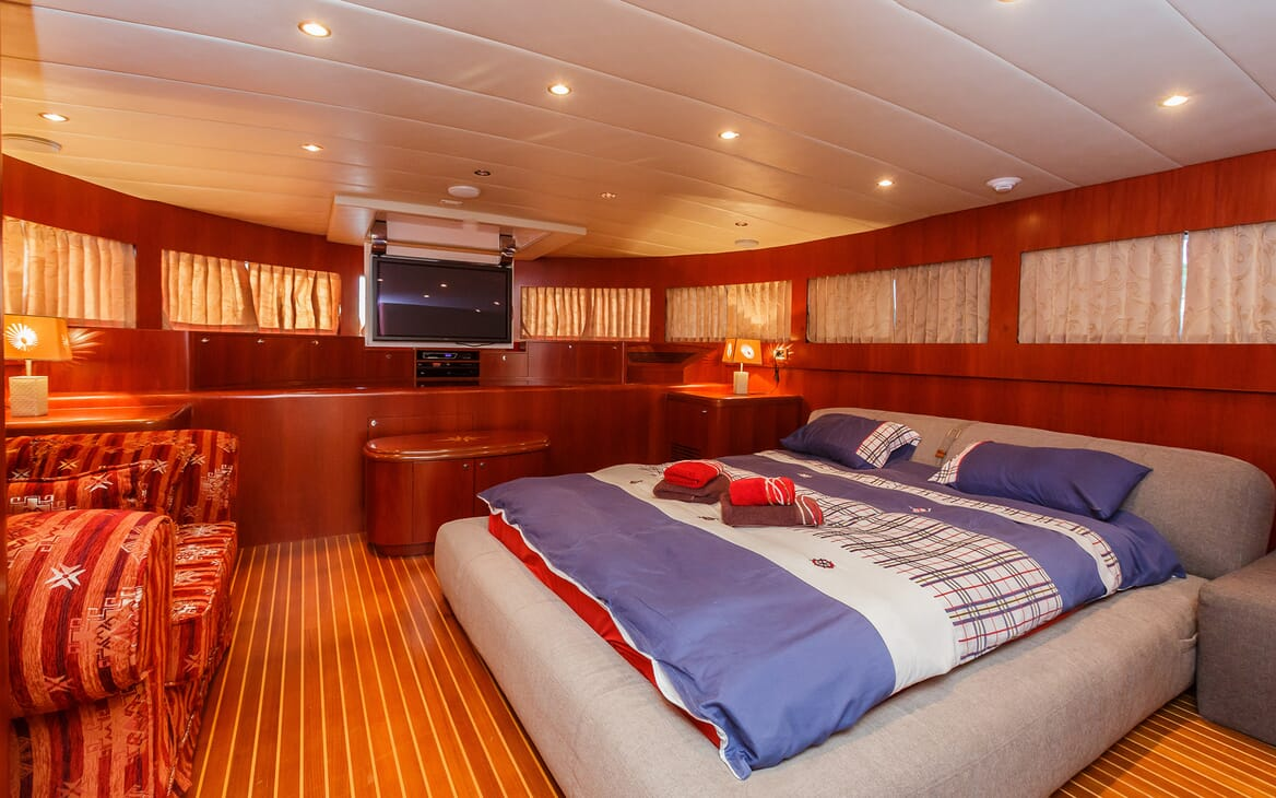 Motor Yacht Johnson Baby Double Stateroom