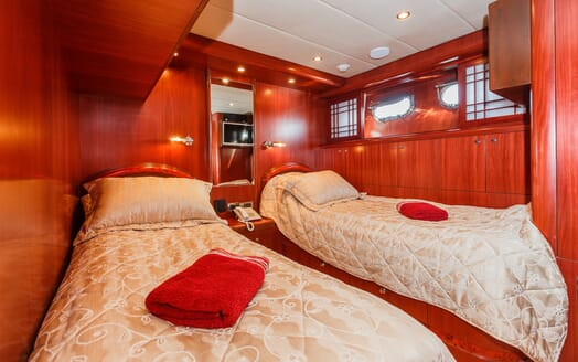 Motor Yacht Johnson Baby Twin Stateroom