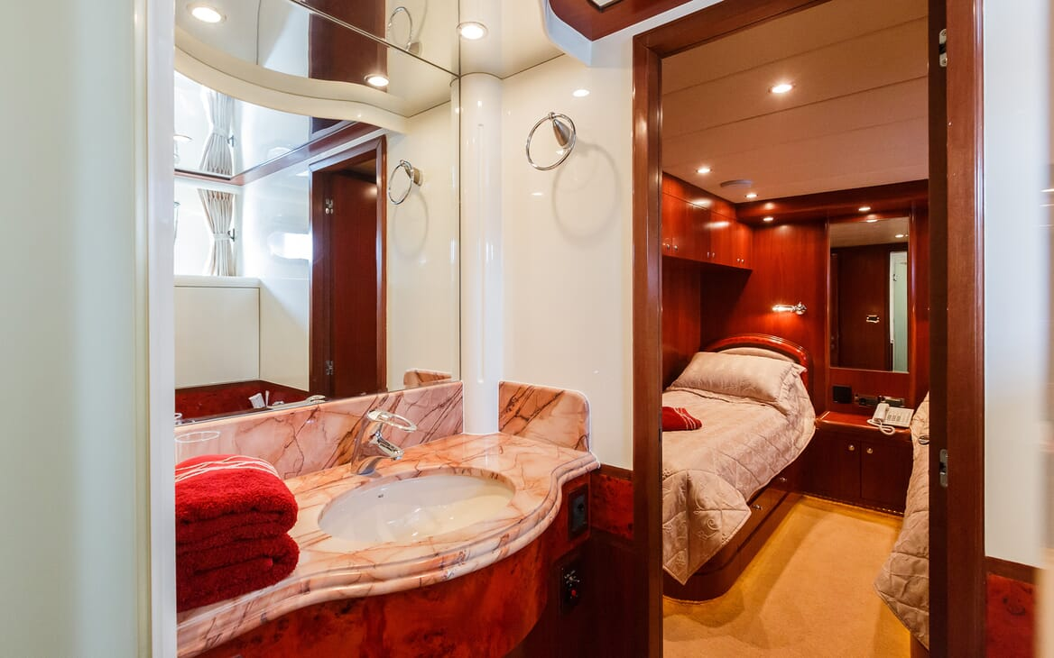 Motor Yacht Johnson Baby Twin Bathroom