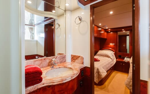 Motor Yacht Johnson Baby Twin Bathroom