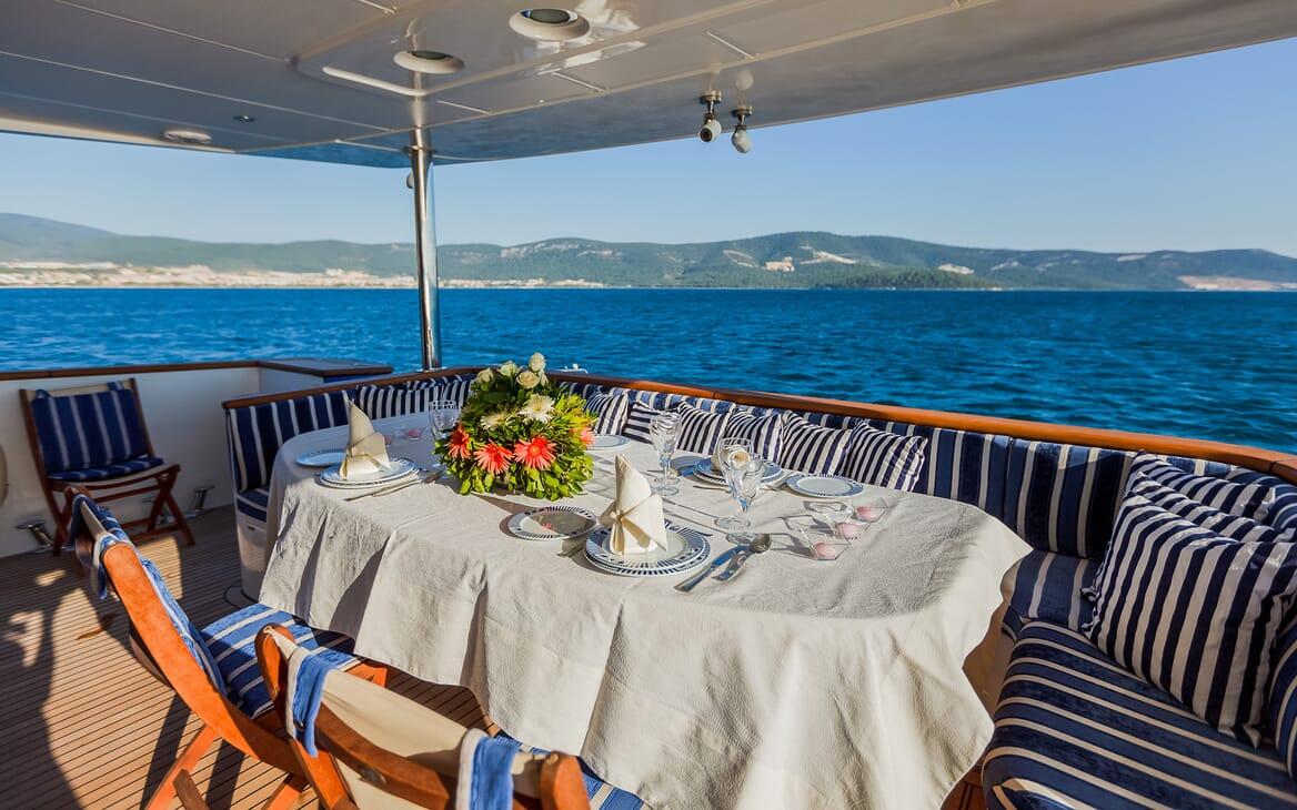 Motor Yacht Johnson Baby Aft Dining