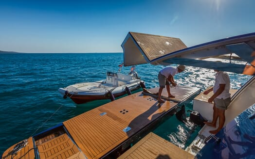 Motor Yacht Johnson Baby Beach Club