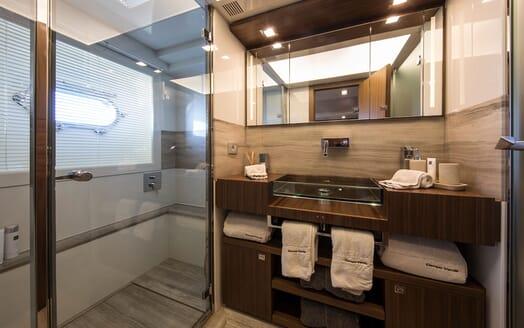 Motor Yacht CAMPO VERDE Guest Bathroom