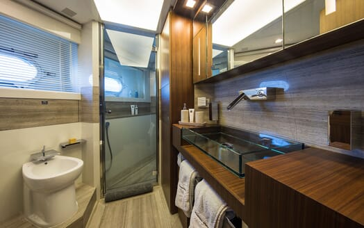 Motor Yacht CAMPO VERDE Twin Bathroom