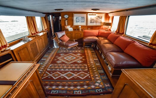 Motor Yacht ENTRANCER Main Saloon