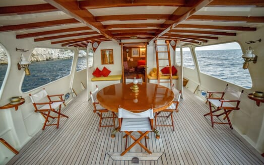 Motor Yacht ENTRANCER Exterior Dining Table