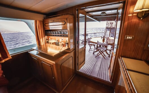 Motor Yacht ENTRANCER Bar to Deck