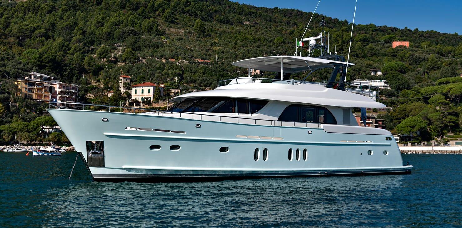 Motor Yacht VELVET GLOVE Profile