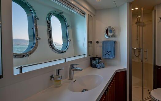 Motor Yacht VELVET GLOVE Bathroom