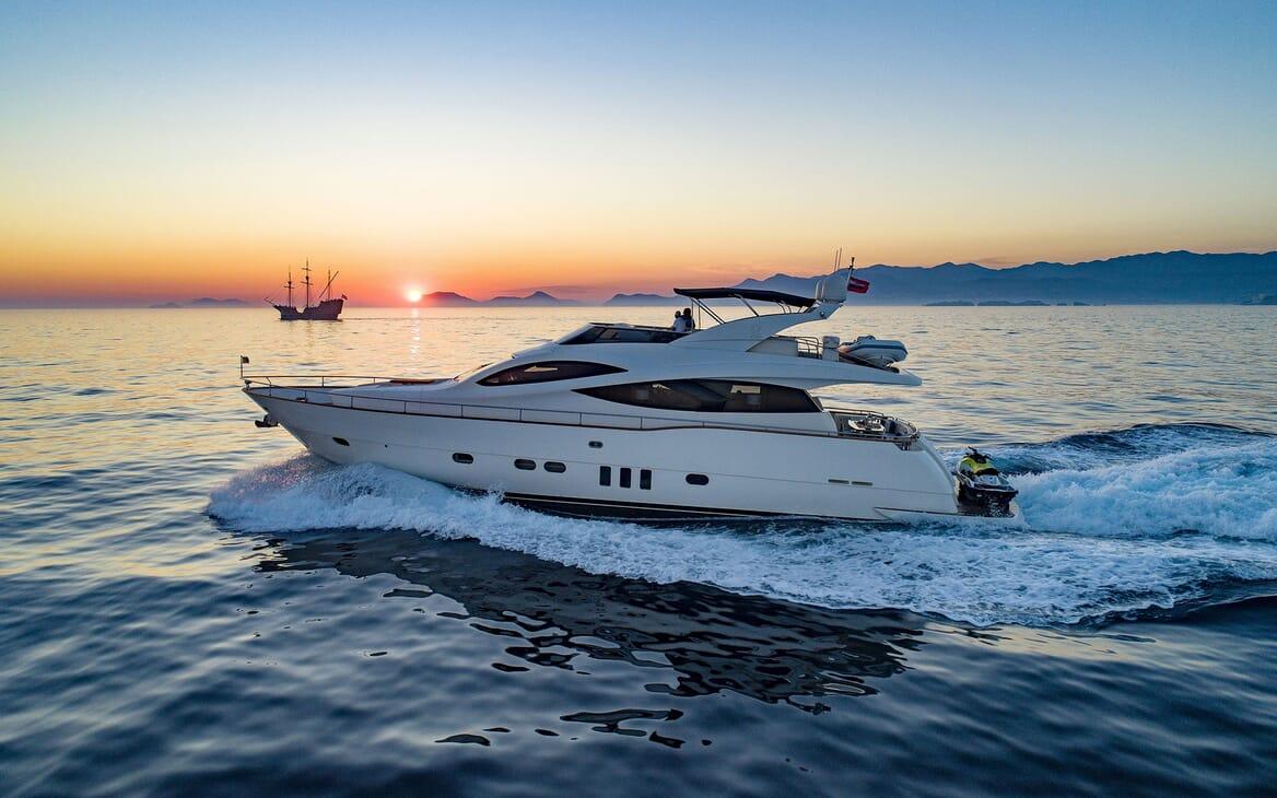 Motor Yacht SALT Profile underway