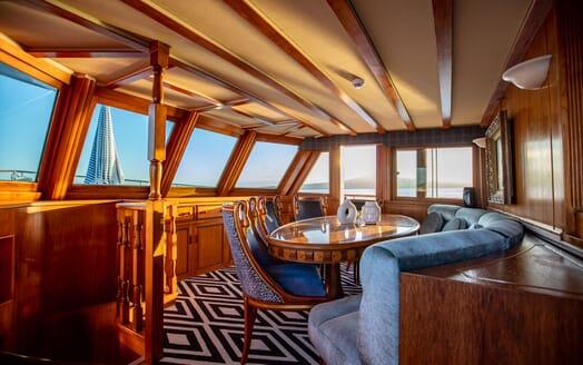 Motor Yacht SEA BREEZE III Main Saloon