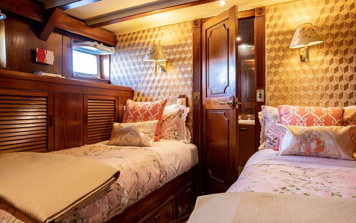 Motor Yacht SEA BREEZE III Bow Table