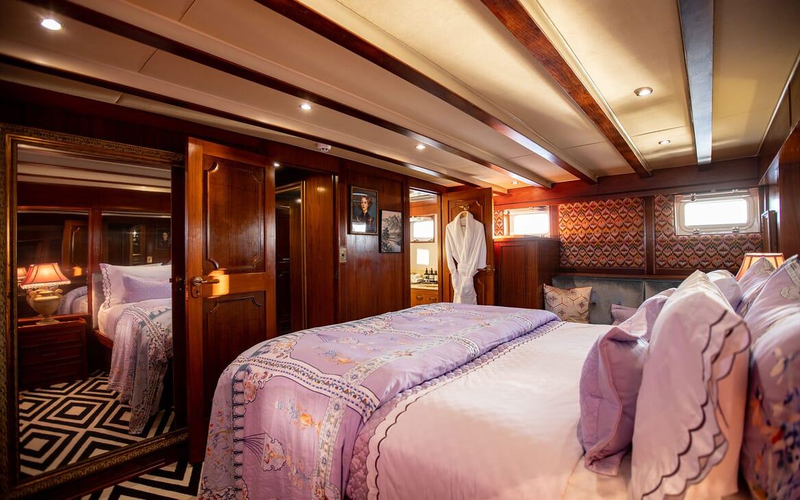 Motor Yacht SEA BREEZE III Dining Table