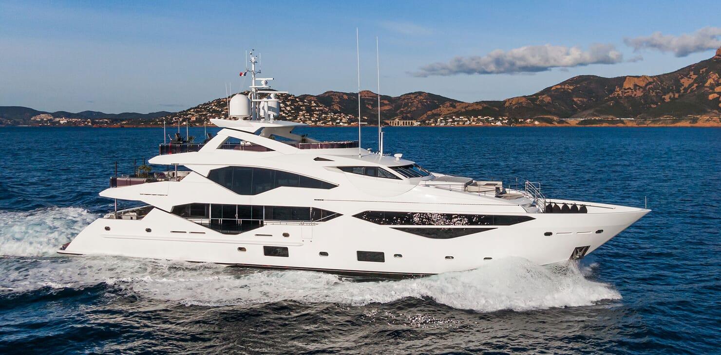 Motor Yacht ANGELUS Profile Underway