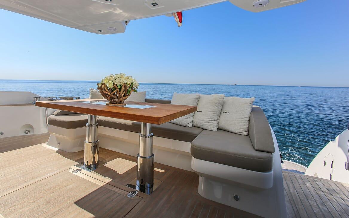 Motor Yacht HONEYBEEZ II Main Aft Deck Seating