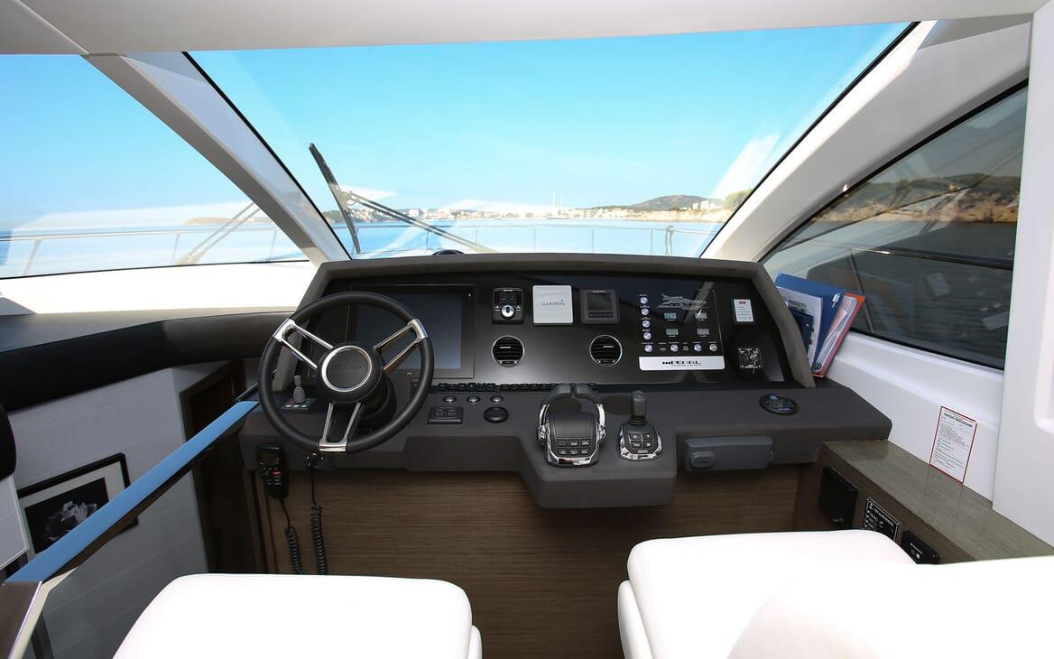 Motor Yacht HONEYBEEZ II Wheelhouse