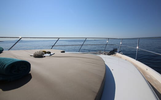 Motor Yacht HONEYBEEZ II Bow Sun Pad