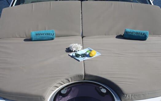 Motor Yacht HONEYBEEZ II Sun Pads