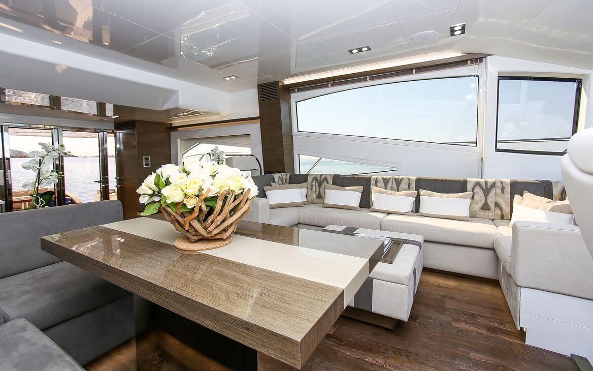 Motor Yacht HONEYBEEZ II Main Saloon