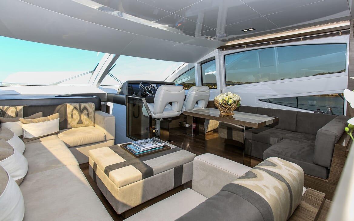 Motor Yacht HONEYBEEZ II Main Saloon Wheelhouse