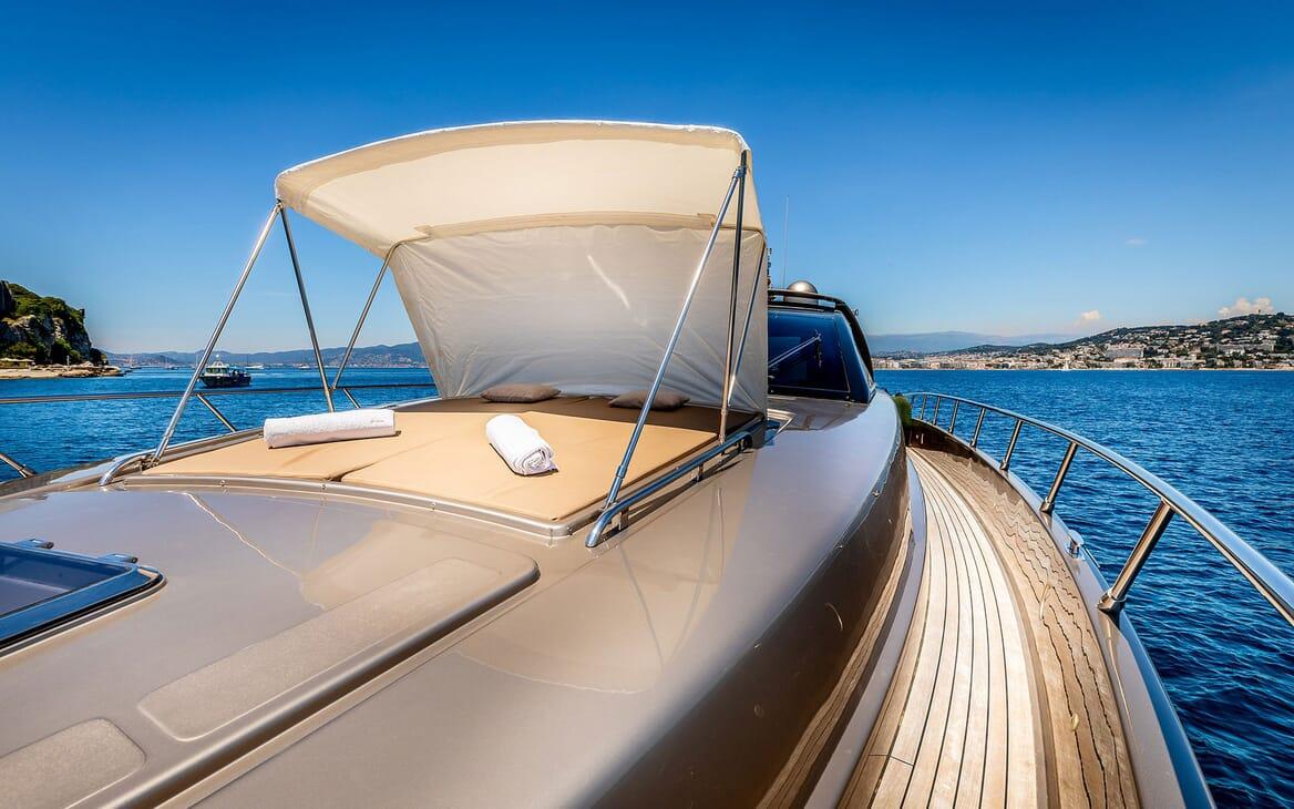 Motor Yacht R Bow Sun Pad with Shade
