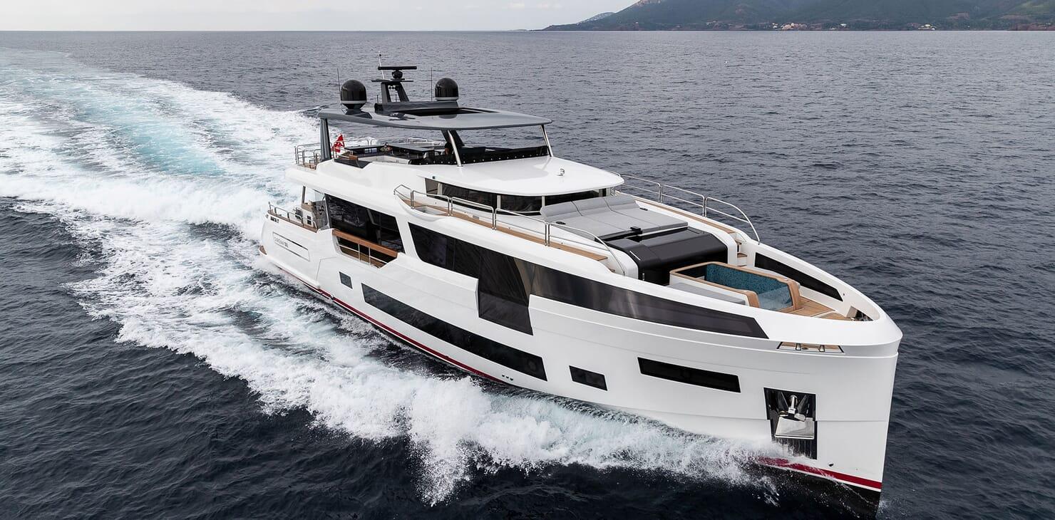 Motor Yacht MOANNA II Profile Underway