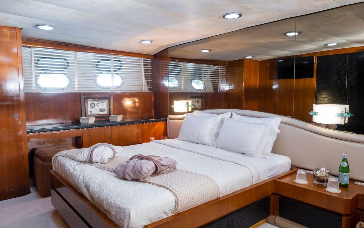 Motor Yacht SHIVA Dining Table