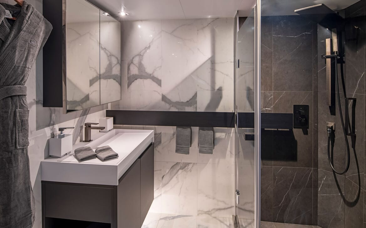 Motor Yacht SCENIC ECLIPSE Guest Bathroom