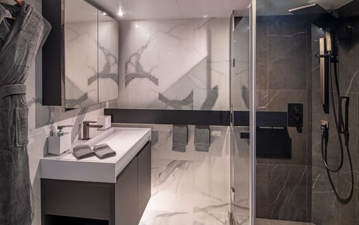 Motor Yacht SCENIC ECLIPSE Guest Bathroom