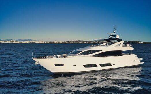 Motor Yacht KUDOS Profile Underway