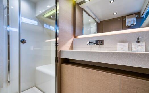 Motor Yacht SIXTIES Guest Showerroom