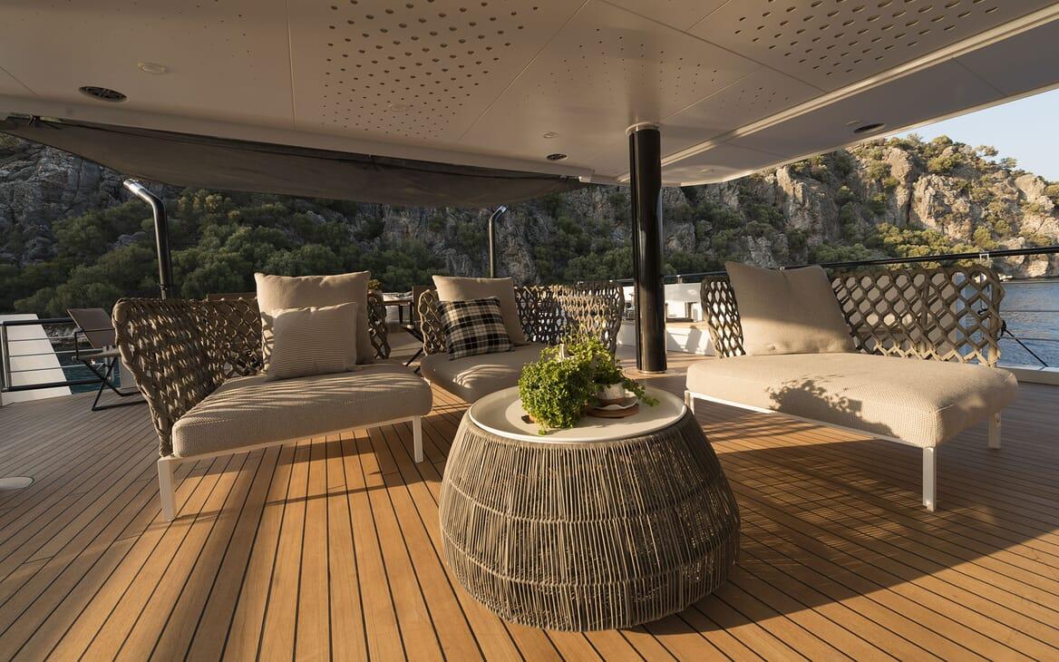 Motor Yacht AQUARIUS Seating