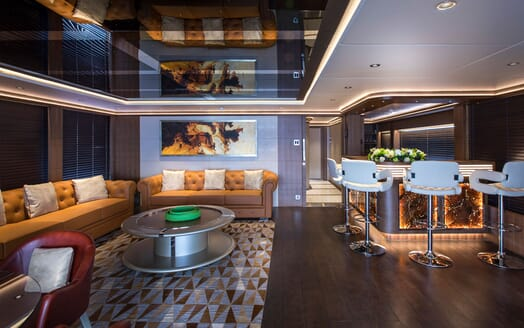 Motor Yacht MAJESTY 140 Bar and Seating