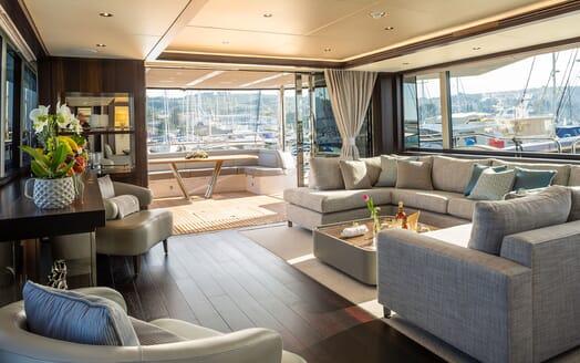 Motor Yacht MR. K IRISTON 95 Dining Table
