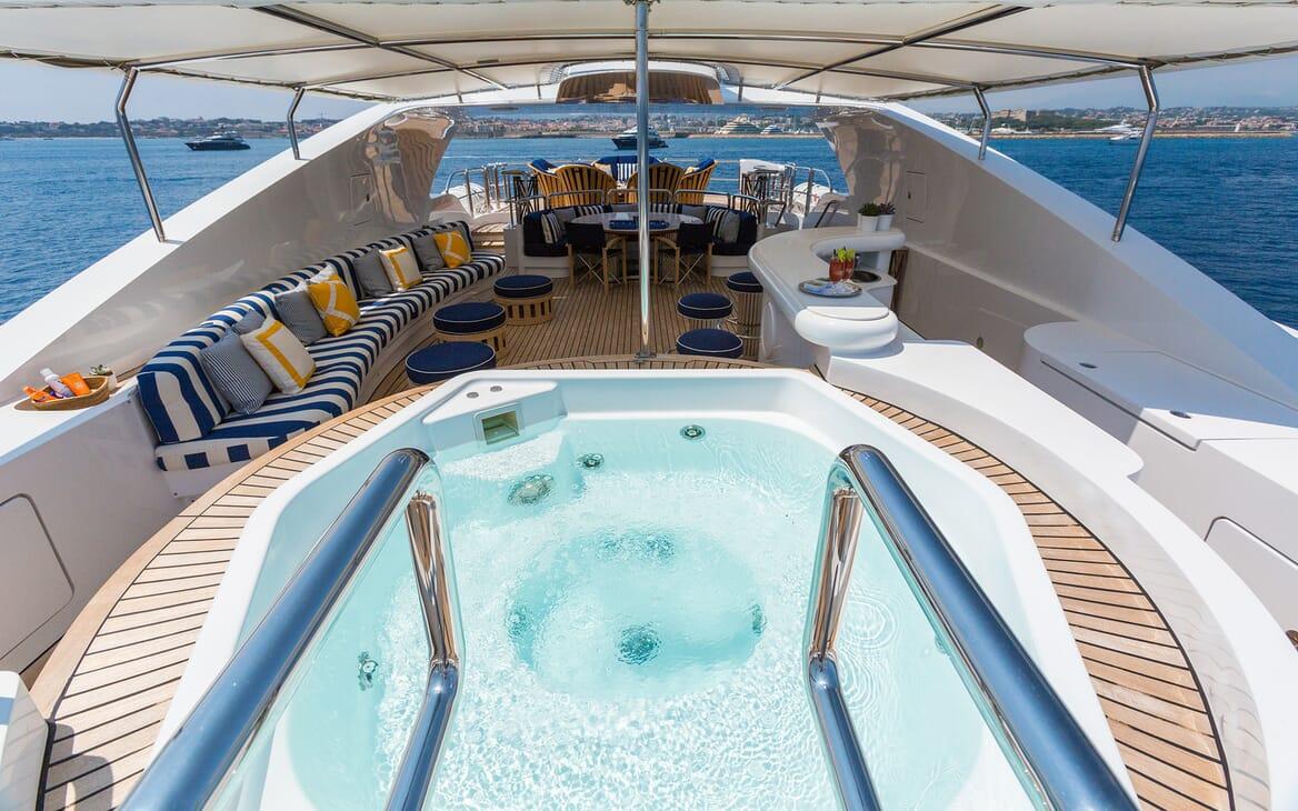 Motor Yacht Air hot tub