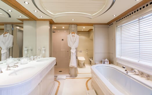 Motor Yacht Air bathroom