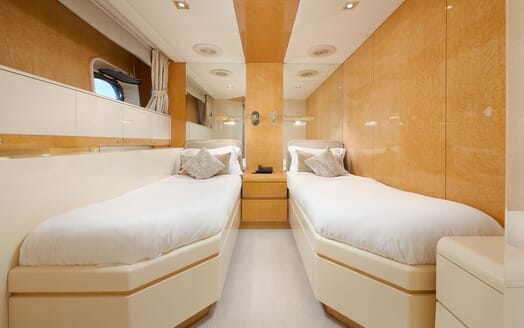 Motor Yacht Ladyship saloon