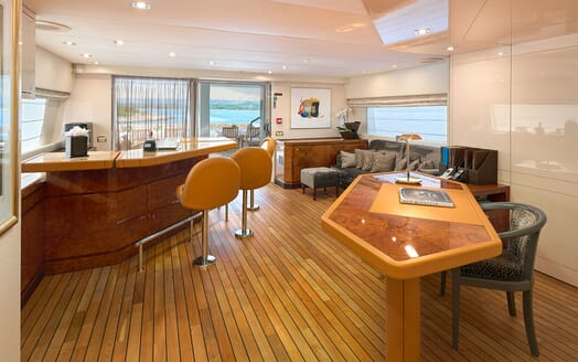 Motor Yacht Ladyship outdoor dining area